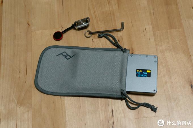 刚开始还以为是收纳肩带的,结果发现放不下,应该是个收纳配件的袋子,拿来装iwata的灯大小正合适。