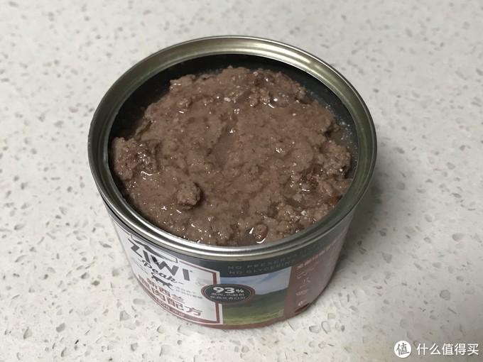 这个表面跟羊肉配方一样是不平整的,颜色偏红一些,非常湿润,有好多肉汤~