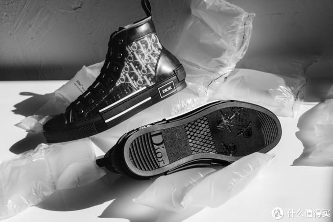 延续半透明设计:Dior B23 Oblique 黑色版高筒运动鞋露出