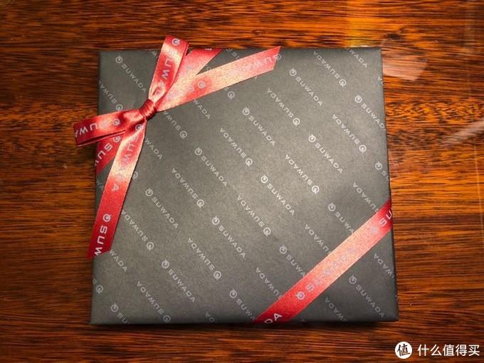 拆开泡沫,选配的是红色丝带,礼盒装相当漂亮,高级感十足