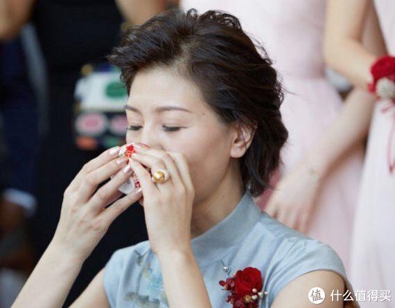 刘诗诗妈妈佩戴南洋金珠戒指