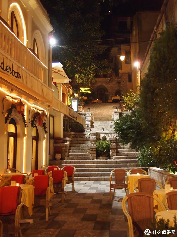 大冷的天,路边餐厅依然有露天位置,海边的天气还是比较舒适吧