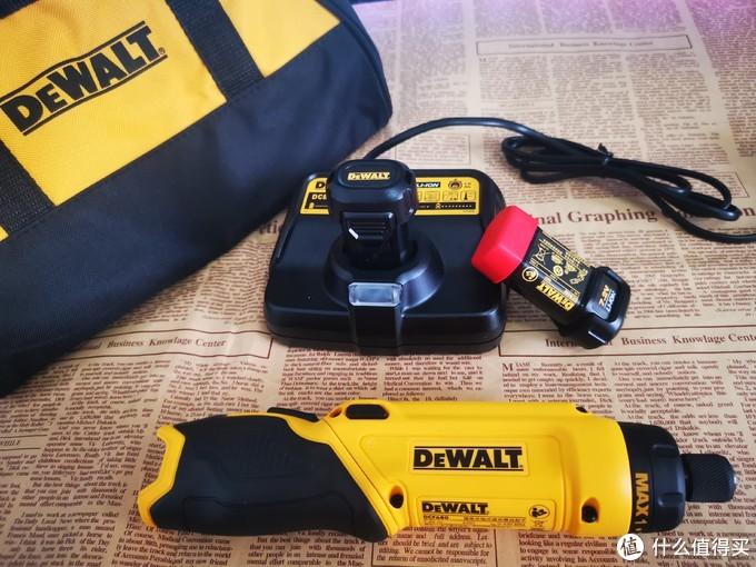一个防水尼龙包,一个充电器,两块电池,如果换成小工具箱是不是能更圆满些……