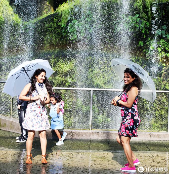 滨海湾花园瀑布下留影的游客