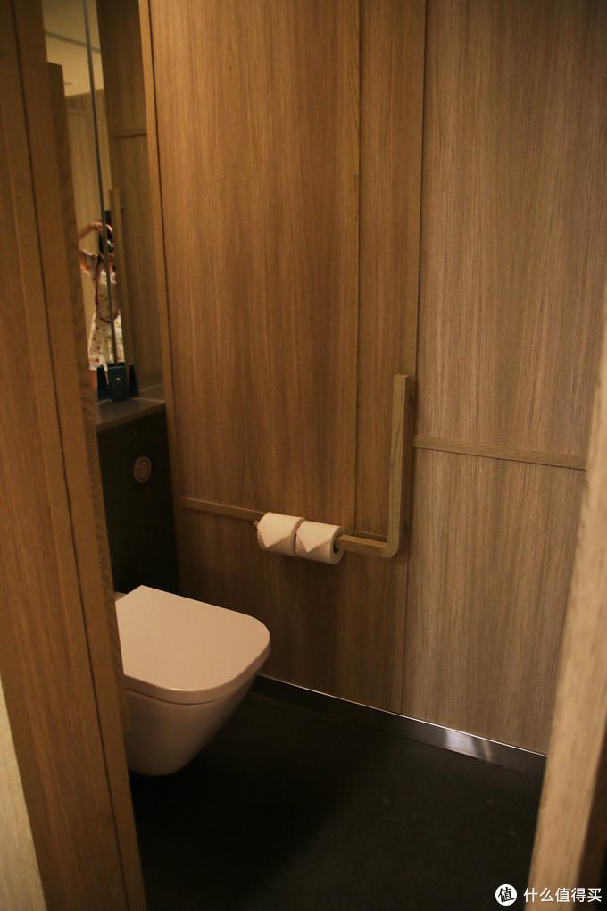 洗手间在最里面,很局促,比较闷,如果待时间长不太舒服