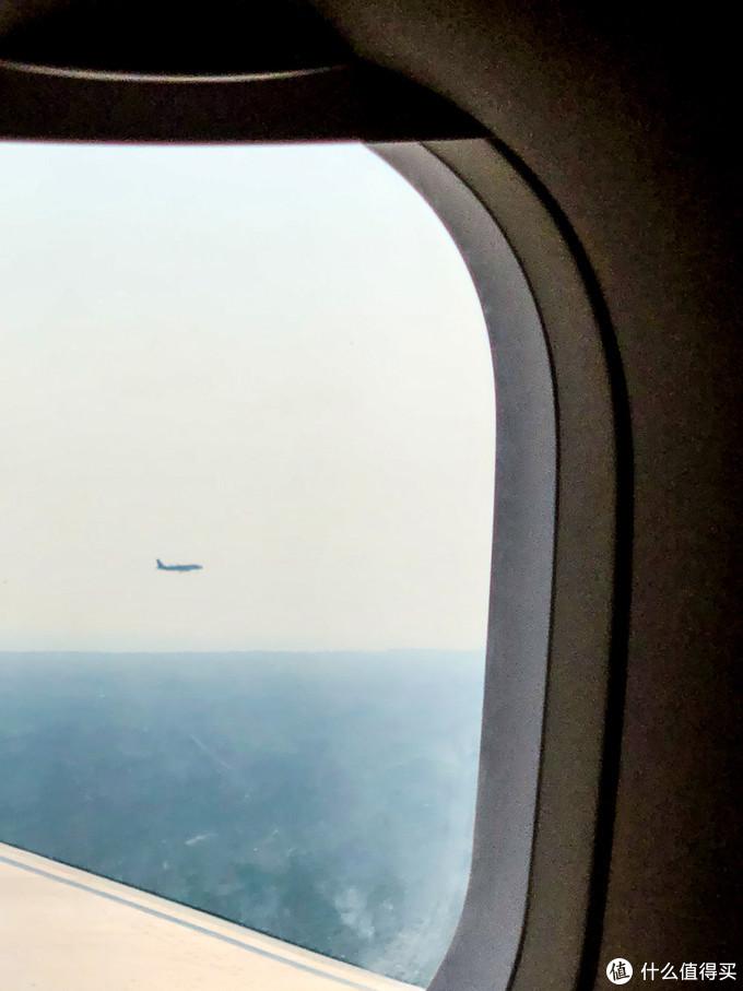 这是快要抵达kl的时候发现傍边亚航的飞机伴游,尼玛要不要这么近啊?跟战斗机护航似的!