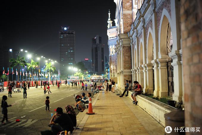 马来西亚是个多种族融合的和谐国家,华人大概30%,马来人60%,剩下10%的印度人和印尼外劳以及其他。