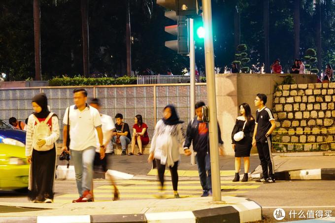 这是快11点了,满大街到处都是人!
