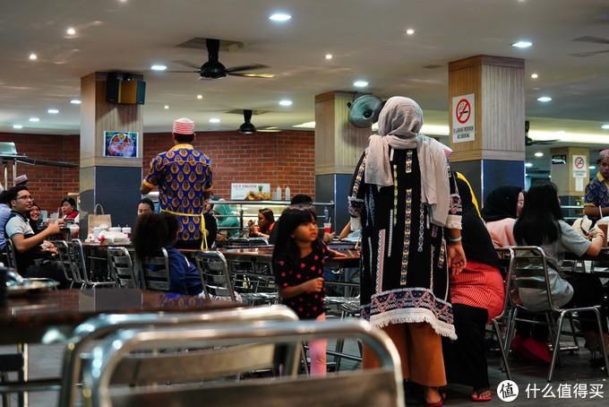 马来小朋友也是很晚都不睡啊,跟着包头麻麻再外面浪啊!我家那个估计都在发梦了!