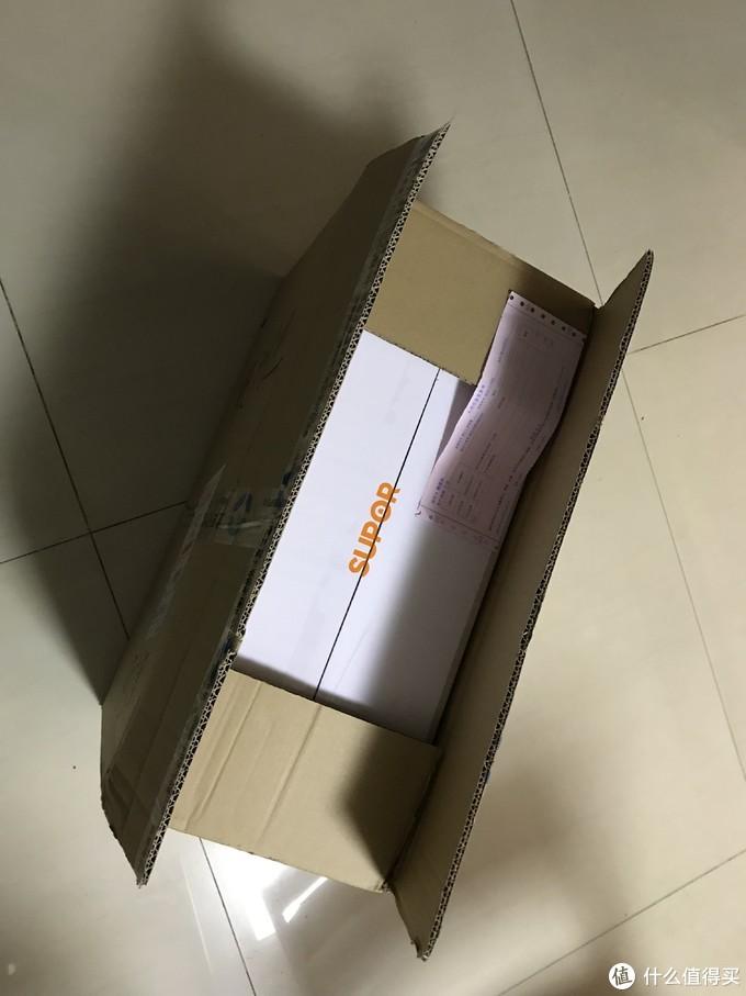 很厚的外箱,包裹的严严实实,还是北京什么公司的,充满了迷幻色彩,拆开的瞬间才想起来迟迟未到的小奖品