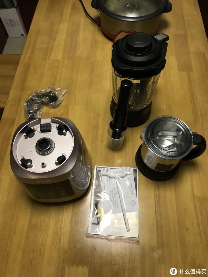 3个大件(底座,1个打干粉小的壶,1个透明大个的壶),量杯,棍子,清洗器,说明书