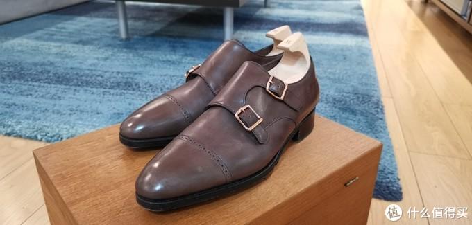 图2:个人感觉Lobb的皮质明显比同价位的鞋高出一档。我自己手残,今天上传照片才发现鞋头有一块蜡没打匀