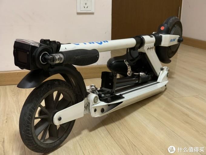 是一款可折叠的电动滑板车