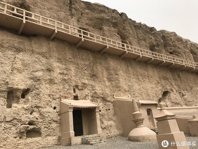 莫高窟的外墙都是修缮过的,榆林窟更接近与原始状态