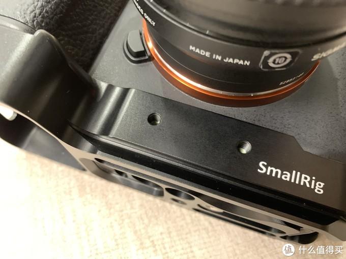 这两个孔位是预留给镜头支撑配件,然后要另买