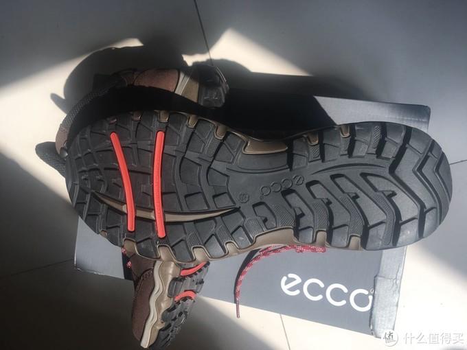 说到大底了,就看下,据说每双使用receptor技术的ecco大底都经过严格的设计测试,确保鞋子在泥泞里有效防滑支撑