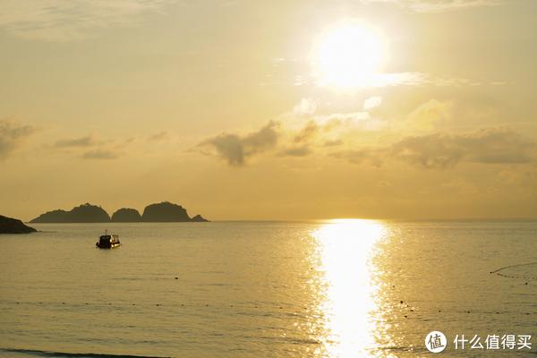 海里面的是专门看日出的船,好像是别的酒店的项目,拉姑娜没有看见有报名的地方!