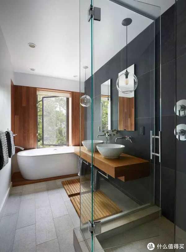 最近很火的淋浴房,不过配的上这个浴室的,估计排屋起步了