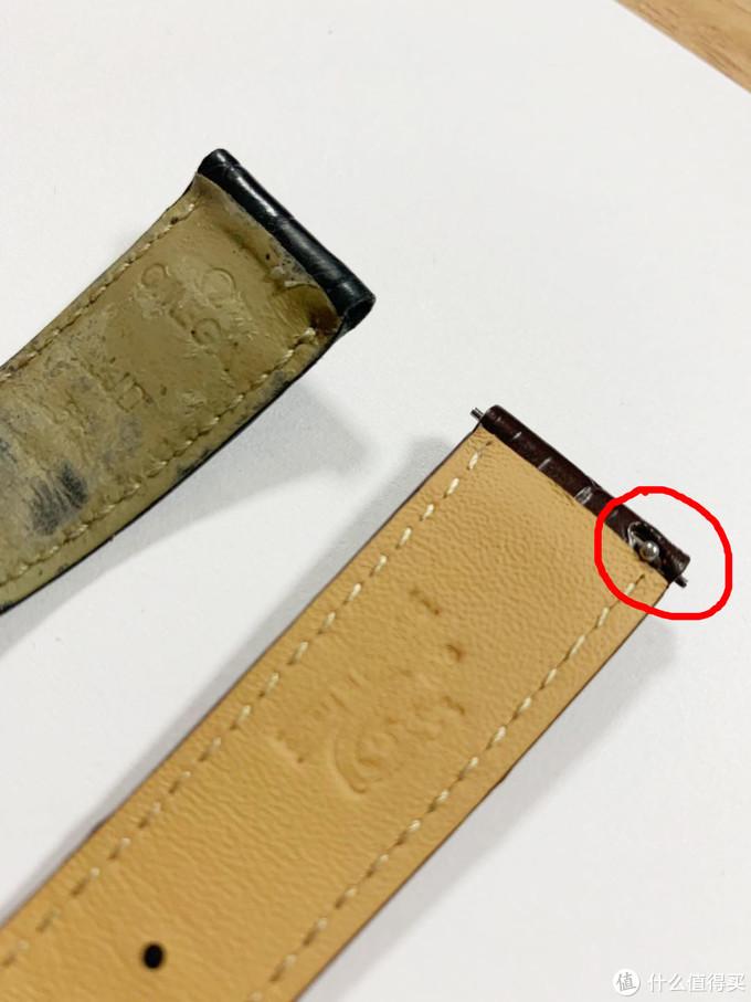 左边原鳄鱼皮,右边积优鳄鱼皮,积优鳄鱼皮有开关生耳,这大大的解决传统表带需要用工具操作的问题,一拉就可以轻松安装表带,很方便的。