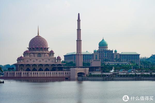 粉红清真寺右边绿色的就是总理办公楼咯,司机师傅介绍的。