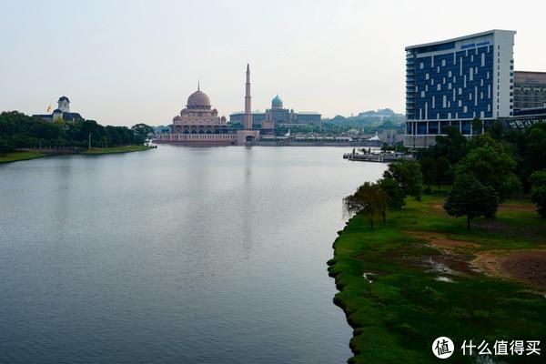 图片里面除了清真寺其他建筑都是行政办公楼