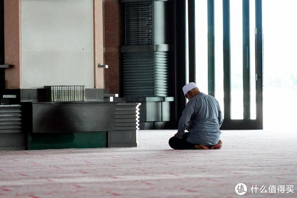 正在祈祷的信徒1