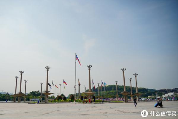 最高的是马来国旗,围着一圈是各州的旗帜。