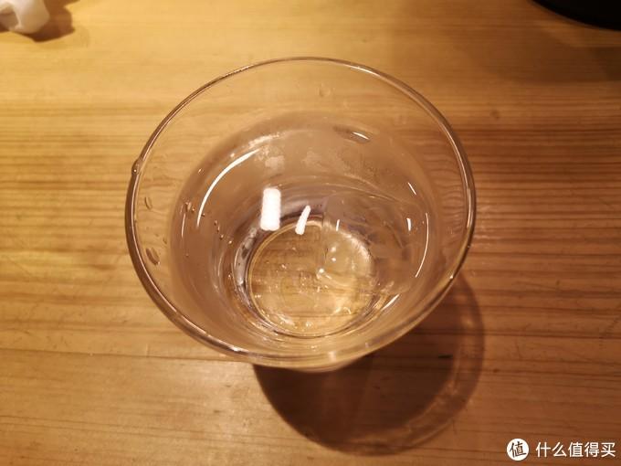 看到杯子里面的浮冰了么