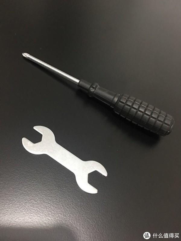 安装时使用的工具,梅花起子一把、扳手🔧一个,都是厂家配送,梅花起子用来固定木板,🔧用来固定四个轱辘。