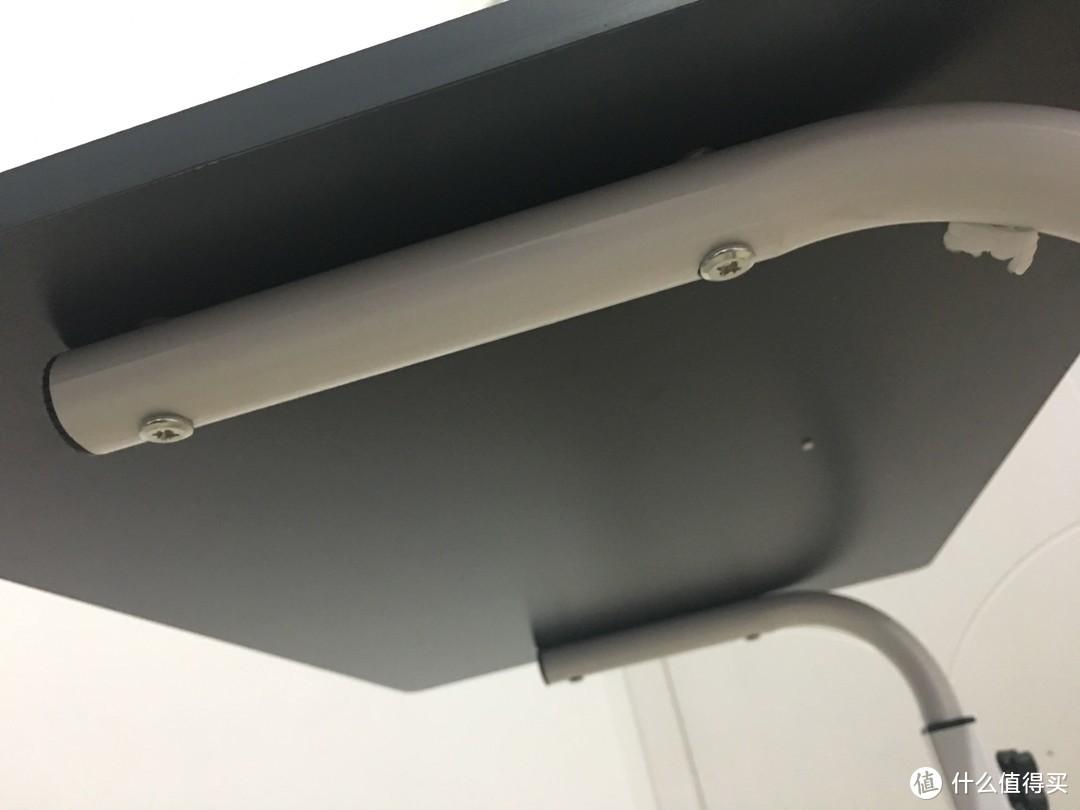 桌面和支架固定位,是由左右各两颗螺丝钉固定,感觉固定的很紧