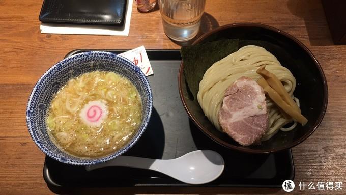 当日晚餐在上野站出来后一家蘸面店解决的,看门口排队索性凑了个热闹。点了小份的蘸面,左边热汤底稍咸,右边碗里的面是冷的,吃法就是将面条夹入汤底拌着吃。