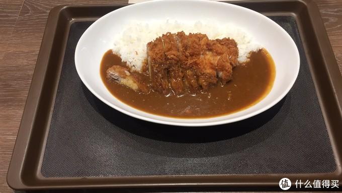 从上野走回酒店的路上发现了一家咖喱店,怀着对咖喱的热情我进去试了下小份猪排咖喱饭,太好吃了啊~~~~猪排表皮炸得酥脆,肉质紧实有嚼劲,标准的日式咖喱口味。