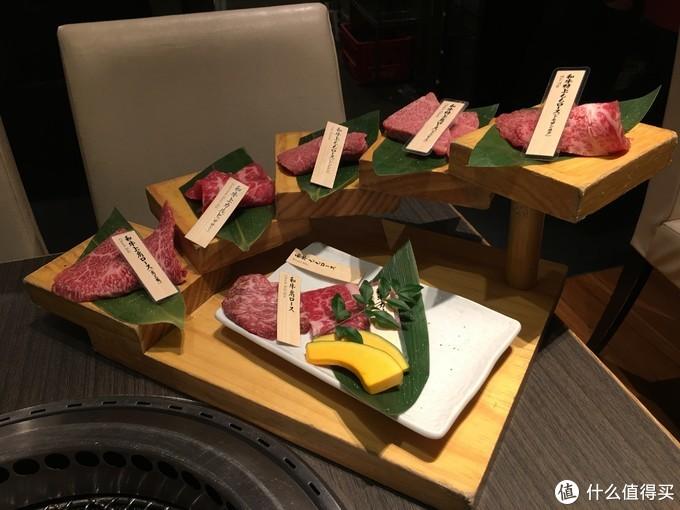 土古里的和牛,8部位套餐加一小碗米饭6410日元。一片接着一片吃太爽,从低到高品质递增。最上面的油最多,不得不说日本的和牛肉质太鲜美。