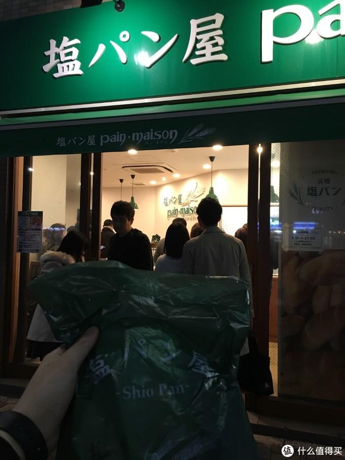 回酒店的路上找到一家很多人排队的面包店,买了一个刚出炉的黄油面包。外表金黄酥脆,内陷软糯咸香。