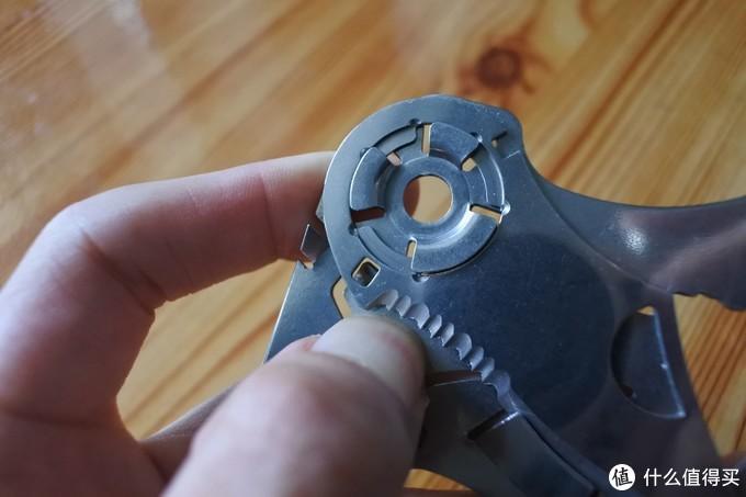 我拇指甲用力按下去的地方,是小刀的锁定