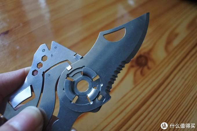 小刀完全打开之后,同样有个小缺口可以锁定