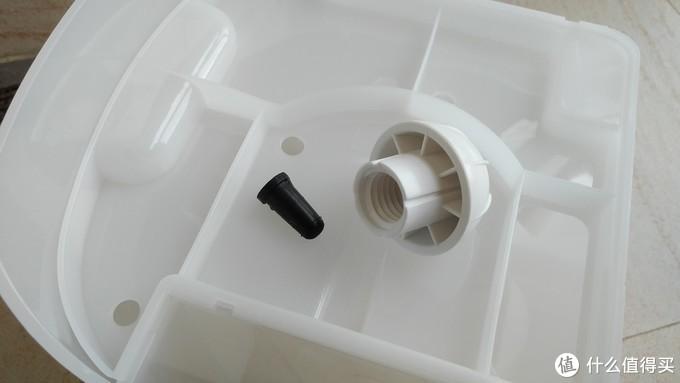 盖子下面还有个黑色的塞子。要防止小配件遗失,官方的建议是将这两个小东要放到储水箱里。