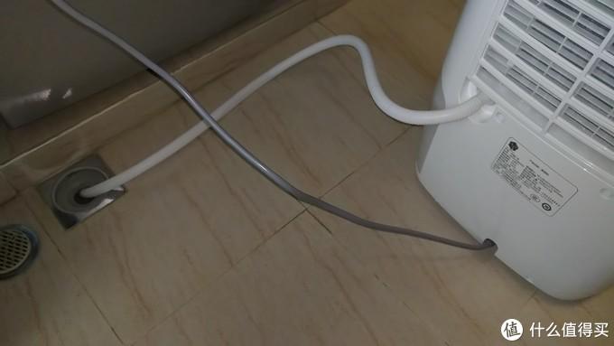 接上排水软管,管子另一头直接塞到阳台下水口