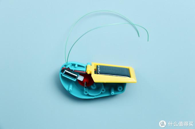 然后将太阳能电池板粘到黄色面板(翅膀)上,电机对接齿轮