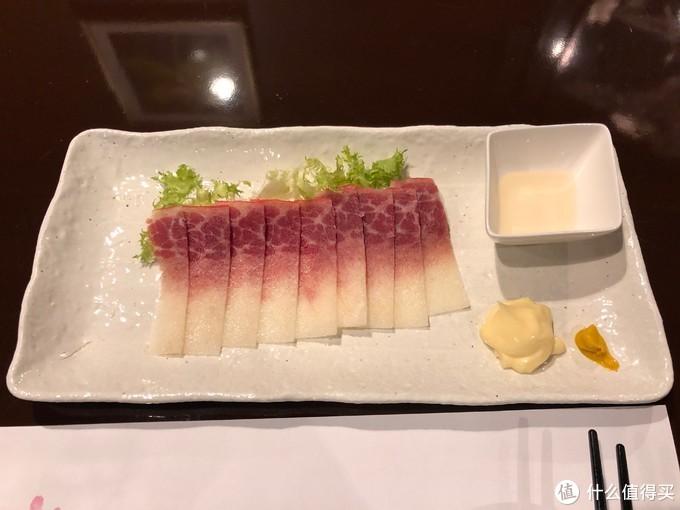 鲸鱼肉,由于是哺乳动物,肉质还是很鲜嫩的。