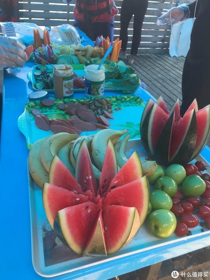 教练给我们准备了午餐和水果