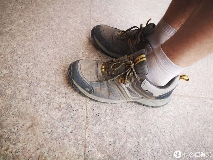 大刘不顾我的反对,非要给大家展示这款登山鞋,我还是给他一个展示的机会吧!