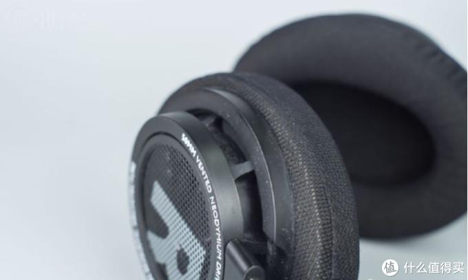 倾斜的耳机外壳