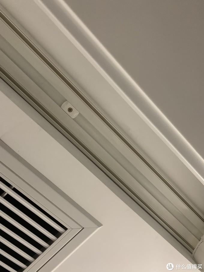 图二(轨道左侧紧挨窗帘盒侧面,右侧空间预留过大,由于窗帘两面颜色不同,无解)