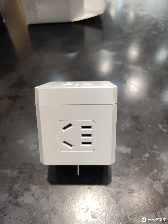 这个转换器的两项的插口看起来貌似不太一样 正面的大一点 侧面的看着小点