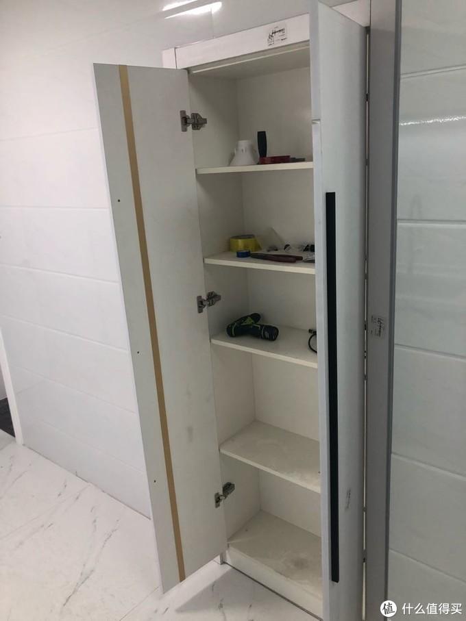 因为原来两个房间所以有两个门,现在封死一个做了高柜