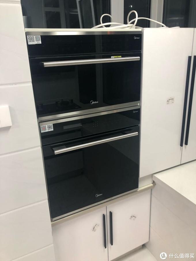 美的的蒸箱和烤箱,做了一个柜子嵌入了。都可以手机控制,还是非常方便的。