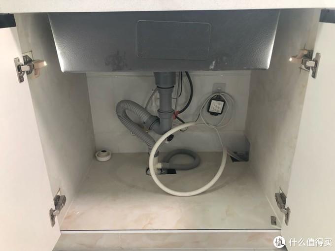 盆下空间非常大,方便以后安装净水器和垃圾处理器。每个柜子里面都安装了铰链灯,一开门就亮,关门就灭,非常好用。