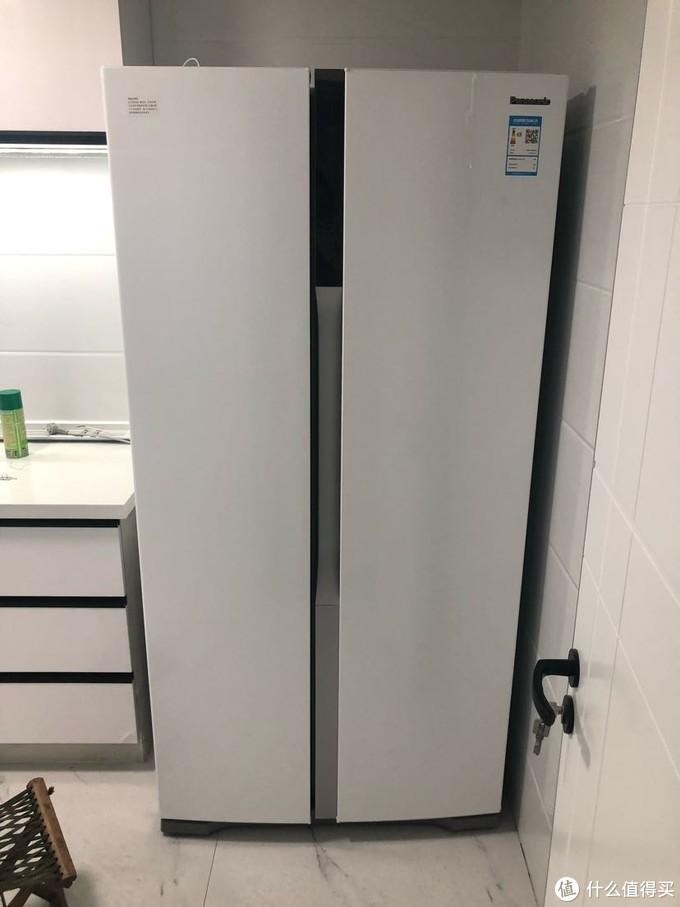 因为安装木门之后冰箱进不来,所以买这个冰箱的时候价格不算很美丽,有人说这个款式很老了,不过我觉得好看容量大也够便宜才五千块钱,所以就买了,过年东西太多另一个房子的冰箱不够用了,用了两个月这个,制冷快声音小,觉得很不错。
