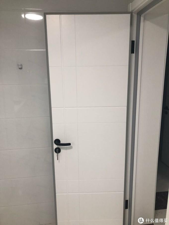 TATA木门还有贴在墙上的人体传感器。